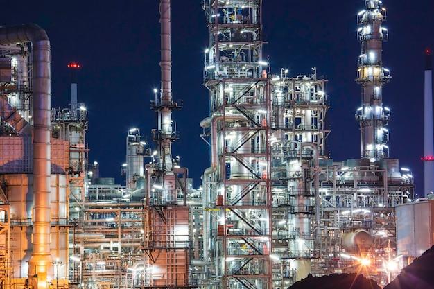 Nachtszene der ölraffinerieanlage und turmsäule des baus der petrochemie-industrie.