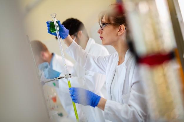 Nachwuchswissenschaftler, chemiestudenten im labor