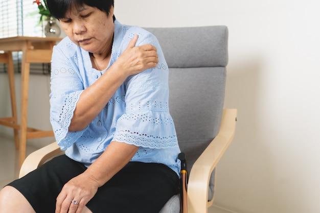 Nacken- und schulterschmerzen, alte frau, die an nacken- und schulterverletzung leidet, gesundheitsproblemkonzept