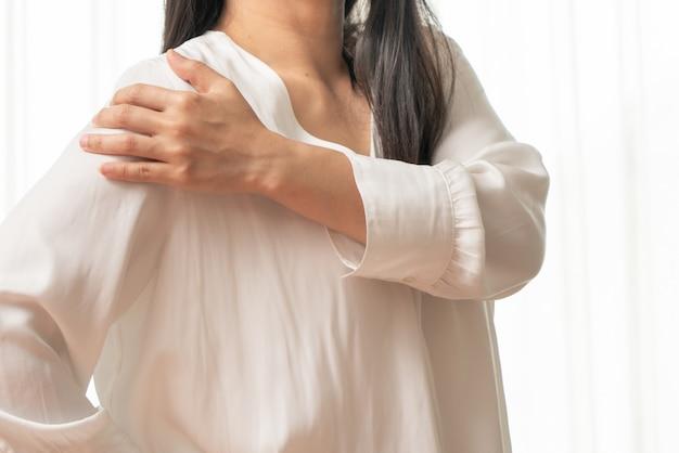 Nacken- und schulterschmerzverletzung der jungen frauen, gesundheitswesen und medizinisches konzept