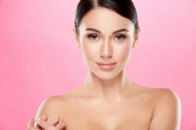Nackte frau mit perfektem hautaufstellungs-, schönheits- und hautpflegekonzept