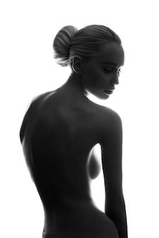 Nackte mit perfektem körper auf weißer wand, isolat. anmutige kunst blonde erotische aufstellung der nackten frau, saubere glatte haut, durchdachter blick einer frau. große natürliche brüste