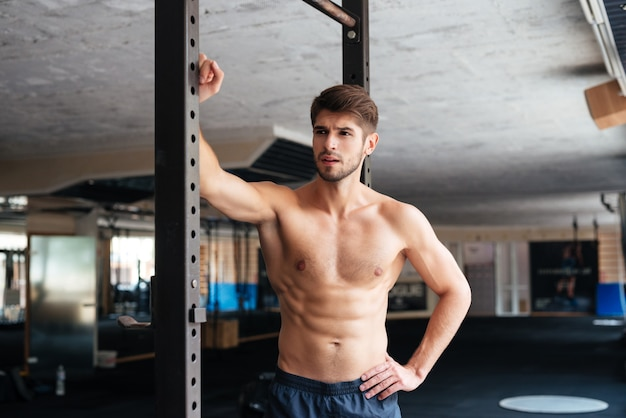 Nackter fitness-mann im fitnessstudio. wegschauen