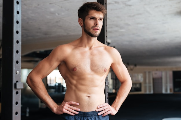 Nackter fitness-mann im fitnessstudio