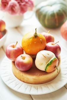 Nackter kuchen mit kürbis und äpfeln zum erntedankfest oder zu halloween
