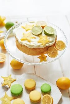 Nackter kuchen mit zitronen und limetten und süßen macarons
