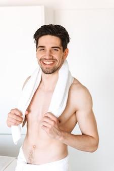 Nackter mann, der drinnen im badezimmer steht