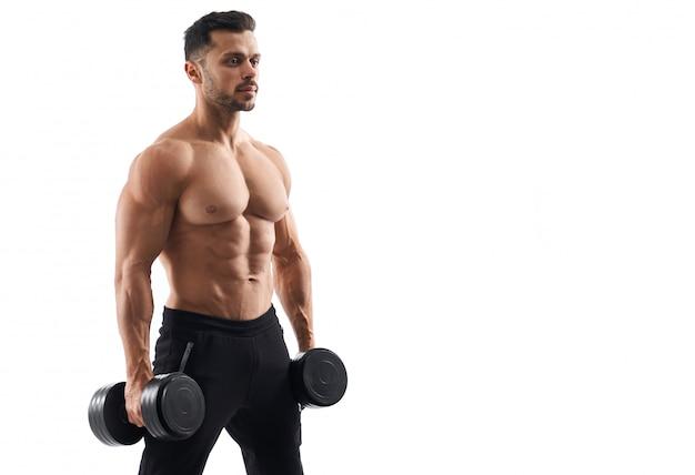 Nackter oberkörper männlicher bodybuilder, der hanteln hält.
