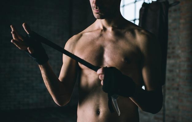 Nackter oberkörper mann im fitnessstudio, kampfkunstkonzept