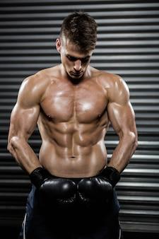 Nackter oberkörper mann mit boxhandschuhen bei thegym