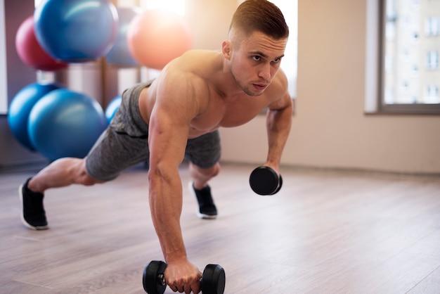 Nackter oberkörper schöner mann im fitnessstudio