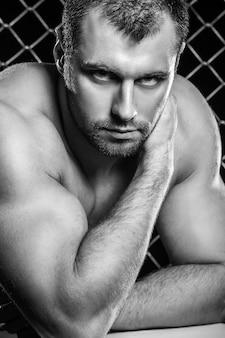 Nackter oberkörper sportlich und fit mann posiert