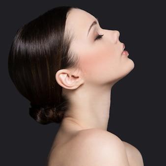 Nacktes frauenporträt für hautpflegekonzept