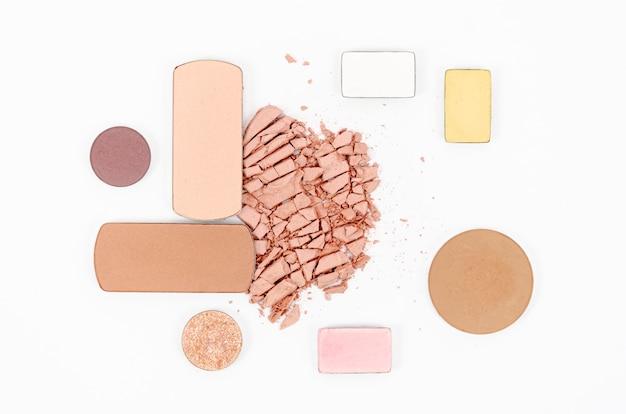 Nacktes make-up auf weißem hintergrund