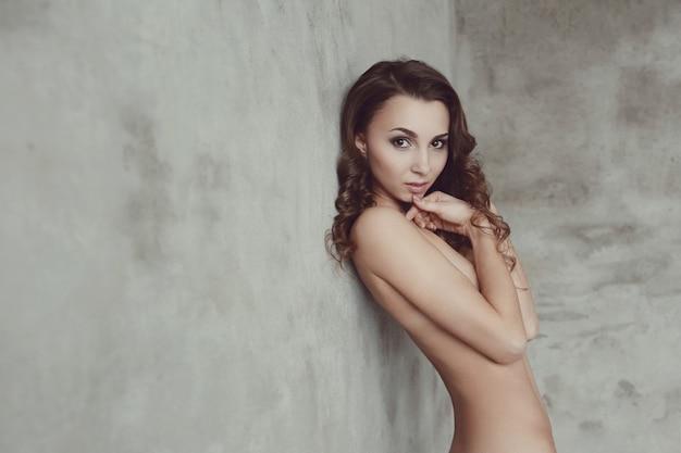 Nacktes und nacktes model mit lockigen haaren
