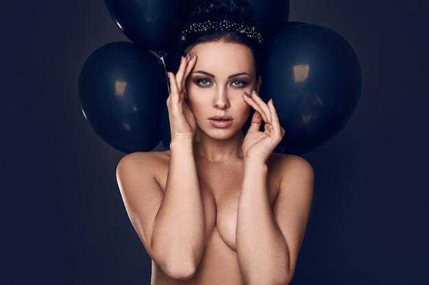Nacktes vorbildliches mädchen der schönen mode mit schwarzen ballonen