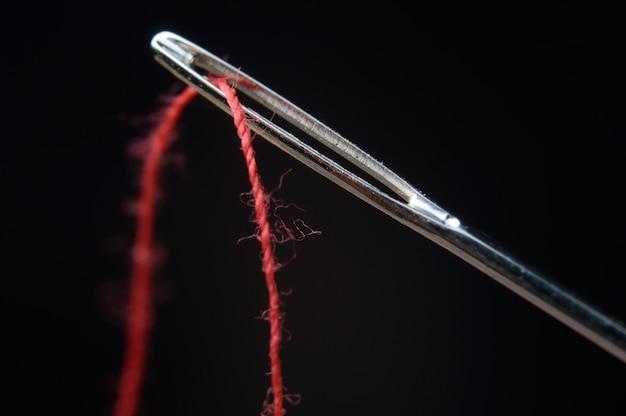Nadel und roter faden