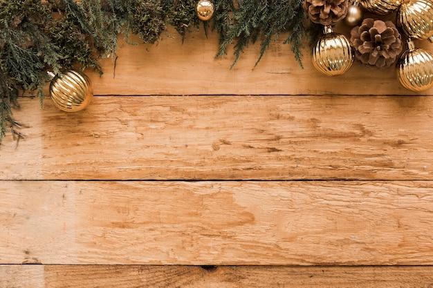 Nadelholzzweige und goldene weihnachtskugeln