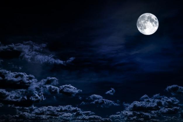 Nächtlicher himmel des hintergrundes mit sternen, mond und wolken. elemente dieses bildes von der nasa eingerichtet