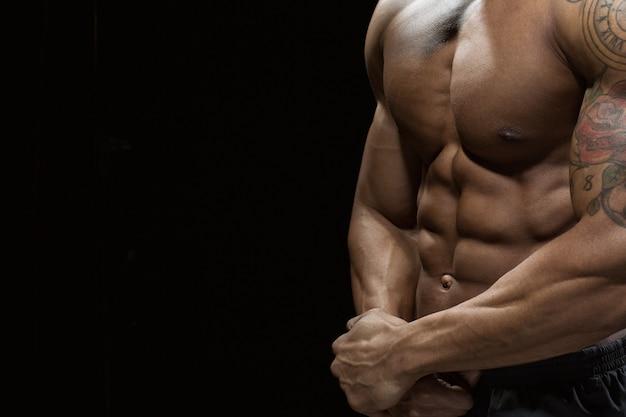 Näher betrachten. beschnittene nahaufnahme eines atemberaubenden heißen männlichen torsos