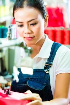 Näherin in einer chinesischen textilfabrik