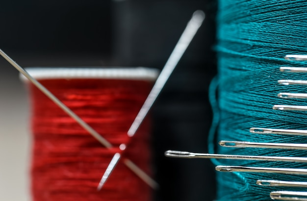 Nähfäden in verschiedenen farben mit vielen nadeln