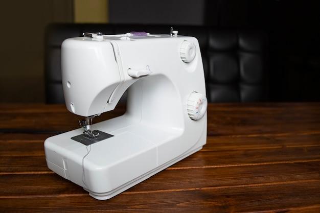 Nähmaschine auf tisch in der schneiderei