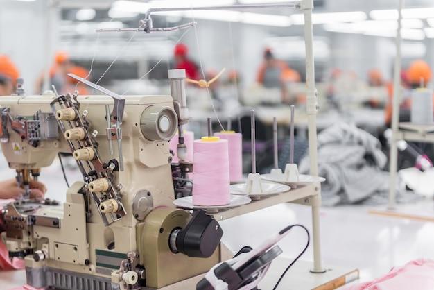 Nähmaschine auf unscharfem hintergrund. textilwerkstatt. nahaufnahme