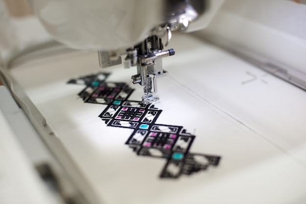 Nähmaschine, die buntes abstraktes geometrisches muster schafft