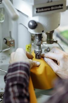 Nähmaschine kritzeln stoff. schneiderei in der fabrik.