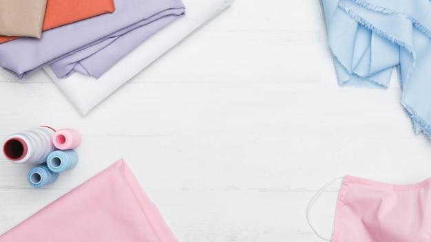 Nähset für einen rosa stoffmasken-kopierraum