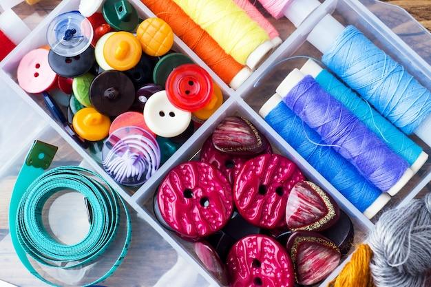 Nähwerkzeug für die handarbeit. farbige fäden,