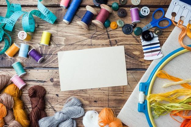 Nähwerkzeug für handarbeit, farbige fäden, zentimeter und knopf