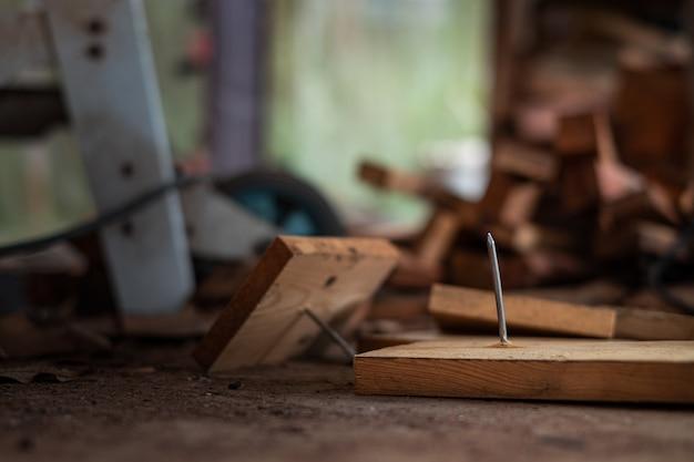 Nagel in brettholz eingesteckt im baubereich