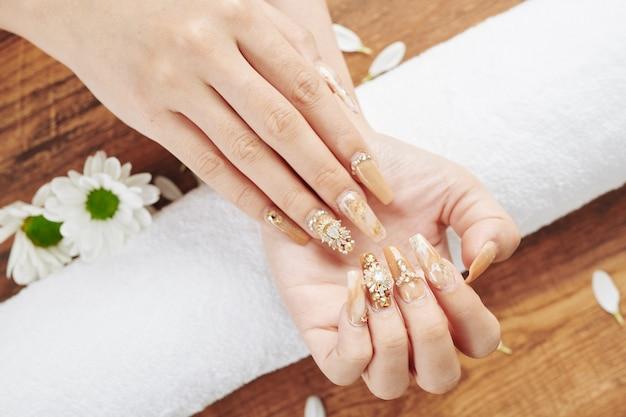 Nagelkunst und blumen
