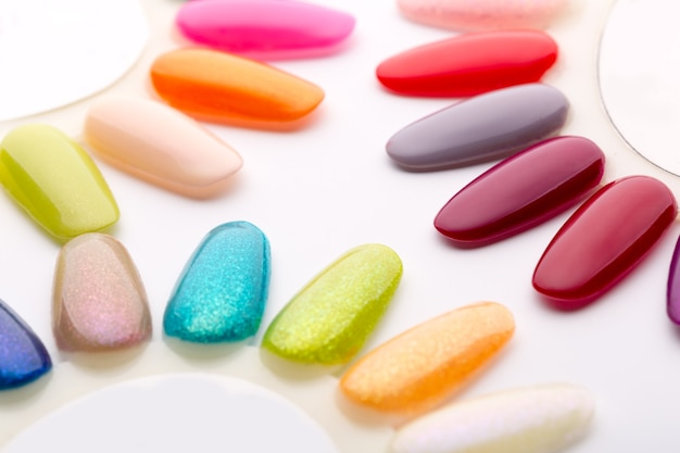 Nagellack in verschiedenen modefarben
