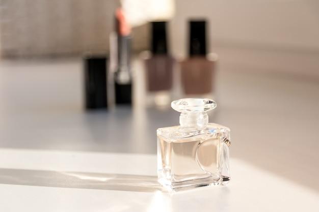 Nagellack, lippenstifte und parfüm.