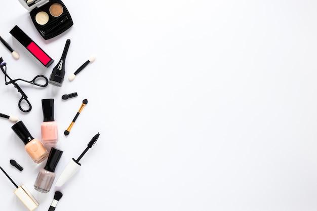 Nagellack mit kosmetik auf dem tisch