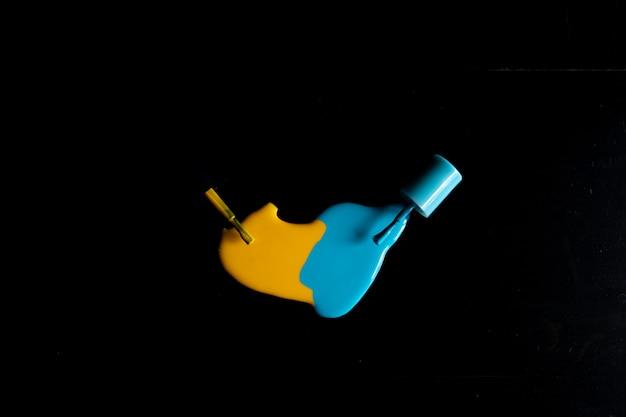 Nagellack verschüttet lokalisiert auf schwarzem hintergrund, beschneidungspfad eingeschlossen