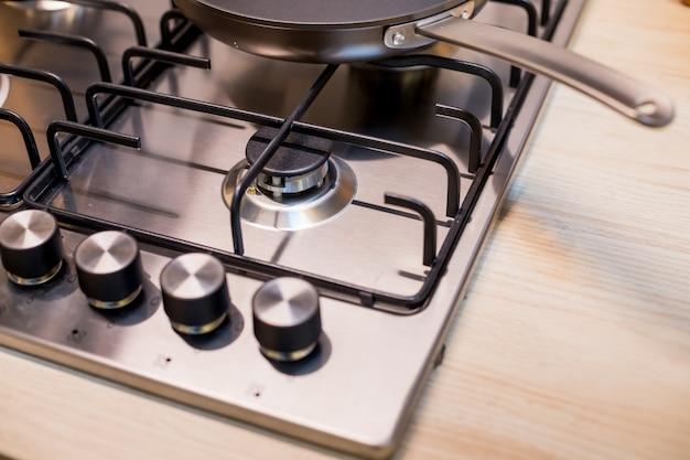 Nagelneuer metallgasherd auf moderner küche. das konzept der erzwungenen einsparungen beim ofen der versorgungsunternehmen.