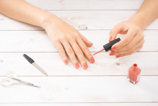 Nagelpflege und maniküre. schöne weibliche hände mit nacktem nagellack