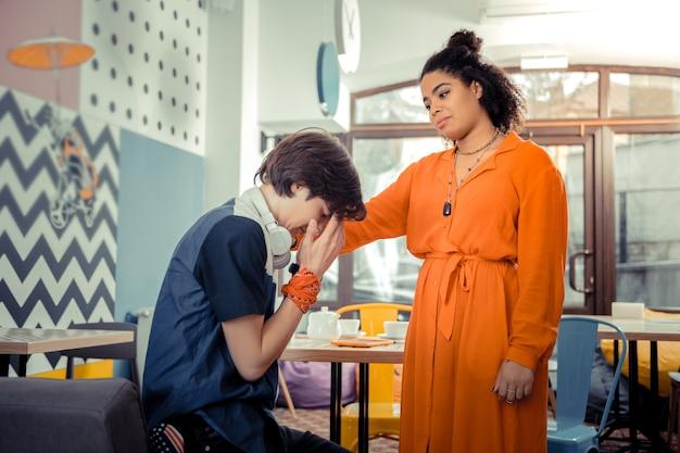 Nah beieinander sein. das teenager-mädchen tröstet ihren männlichen freund in einer schwierigen situation