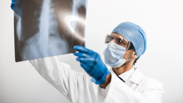 Nahansicht. arzt schaut auf die röntgenaufnahme der lunge. foto mit einem kopierraum.