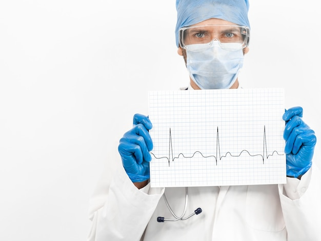 Nahansicht. blatt mit einem kardiogramm in den händen eines arztes.