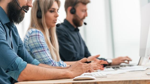 Nahansicht. call-center-betreiber am arbeitsplatz. menschen und technologie