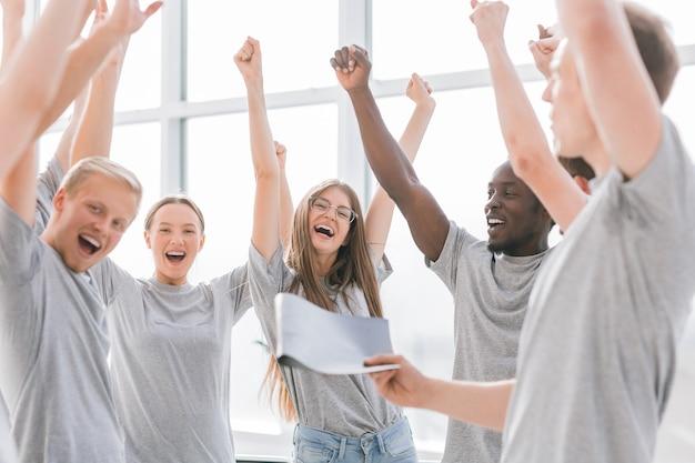 Nahansicht. ein team von glücklichen jungen menschen. wirtschaft und bildung