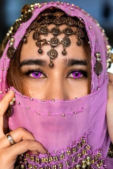 Nahansicht. eine muslimische frau hat schöne augen, die mit scharfen augen schauen und eine schwarze decke haben, um den islam darzustellen.