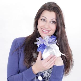 Nahansicht. eine sehr glückliche junge frau mit geschenk .isoliert auf einer weißen wand. Premium Fotos