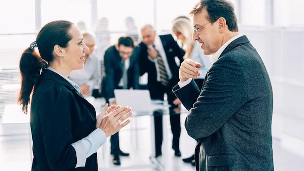 Nahansicht. geschäftskollegen diskutieren begeistert über neue ideen. unternehmenskonzept