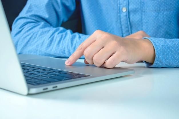 Nahansicht. hände von den leuten, die nach informationen durch computer im internet suchen.